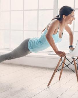 Yoga mit Stuhl und Matte